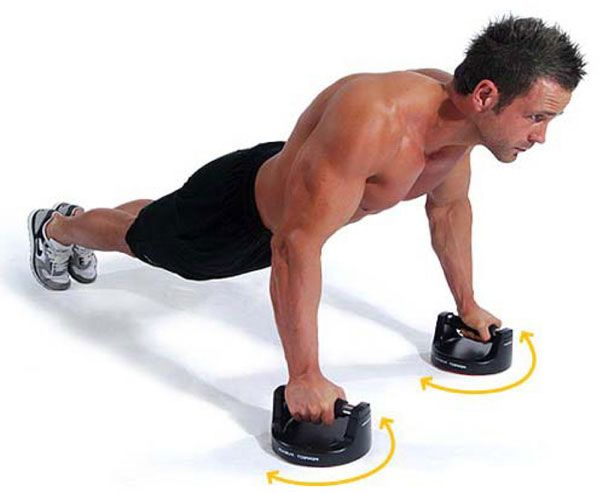 Выполнение отжиманий на упорах для низа груди.