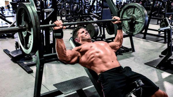 Жим штанги на наклонной скамье для верхней части грудных мышц.