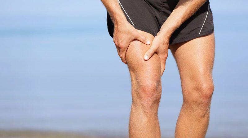 Что делать при растяжении мышц - мужчина держится за бедро