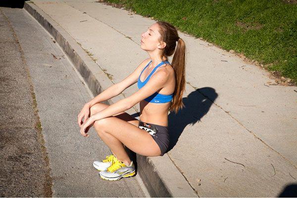 Уставшая девушка после пробежки.