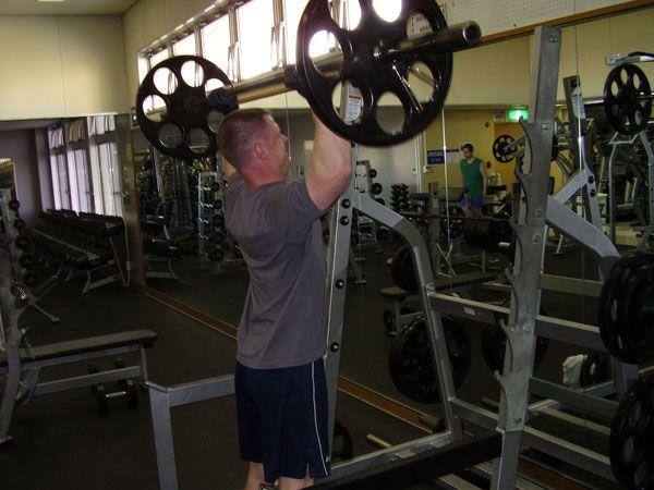 Тренировка плеч армейский жимом