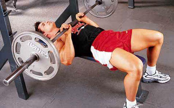 Выполнение упражнения на трицепс