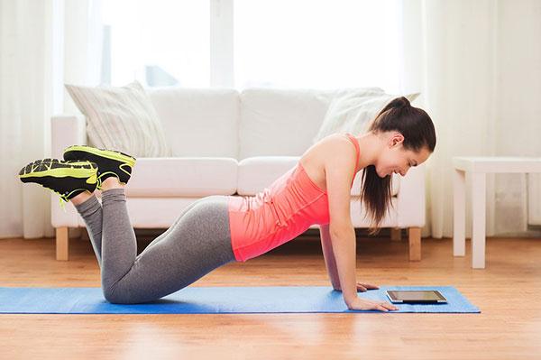 Выполнение отжиманий с упором на колени