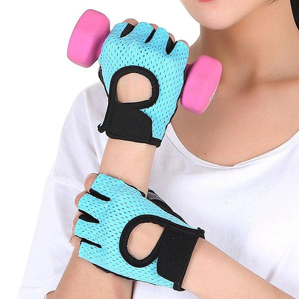 Женская модель перчаток для фитнеса