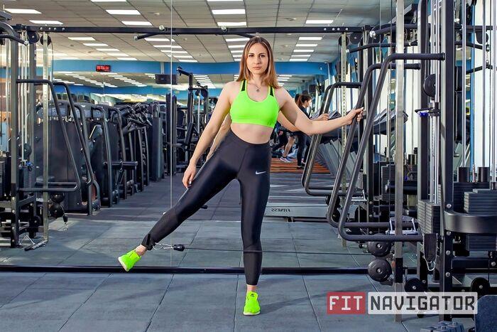 Выполнение упражнения отведения ноги в сторону в кроссовере