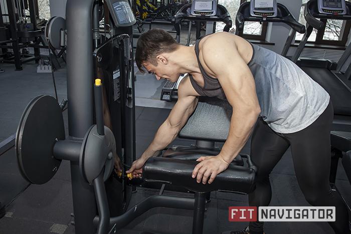 Установка веса в тренажёре разгибания ног