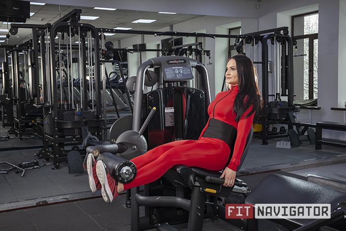 Выполнения упражнения разгибания ног в тренажёре