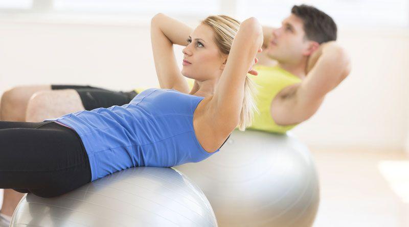 Скручивания на мяче или фитболе – прорабатываем мышцы живота
