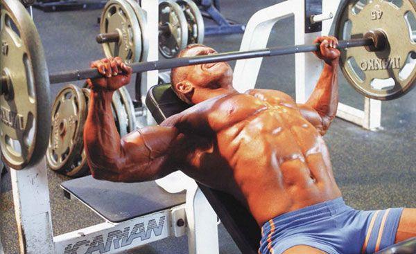 Жим штанги лёжа для средней части грудных мышц.