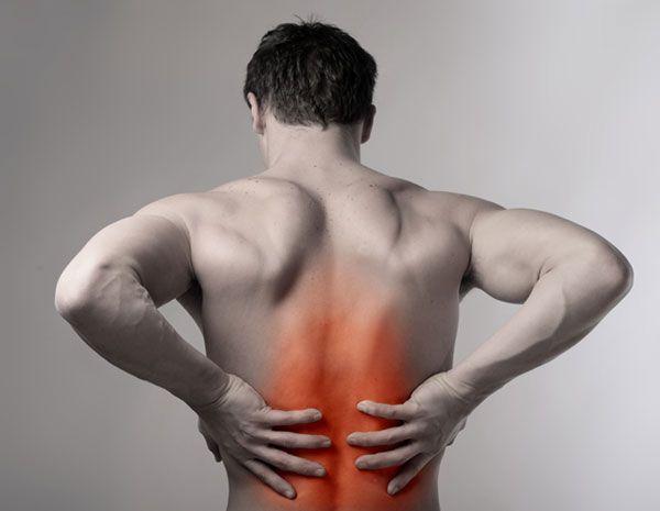 Растяжение мышц спины - мужчина держится за спину