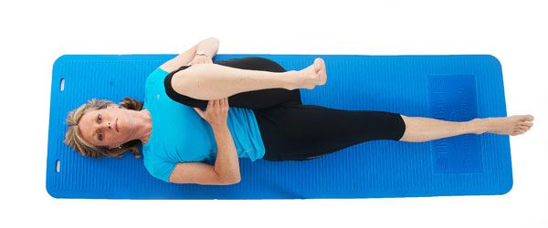 Подтягивание ноги к животу