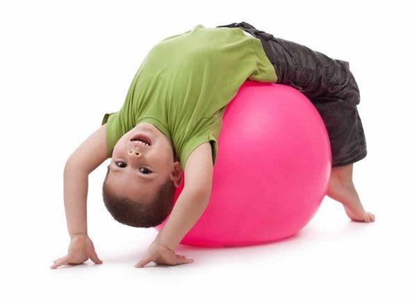 Ребенок с мячом для фитнеса