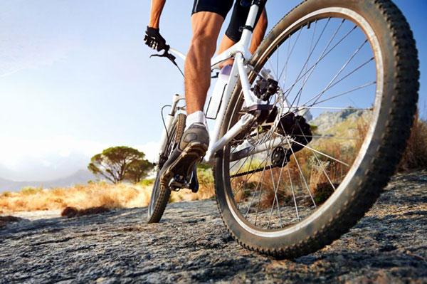 Езда на горном велосипеде.