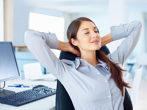 упражнения для спины за столом