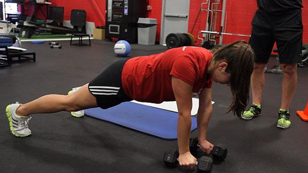 выполнение статического упражнения планки