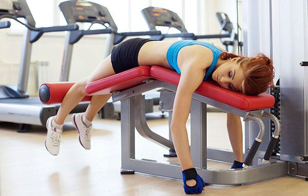 Девушка спит в спортзале