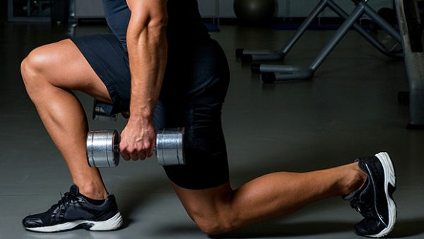 Выполнения упражнения выпады с гантелями